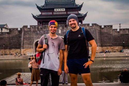 Почему поссорились два барнаульских путешественника в Китае