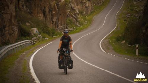 Барнаульские велосипедисты на Алтае накормили ухой путешественника из Америки
