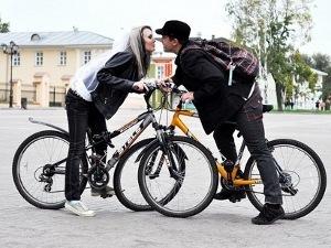 У молодожёнов угнали велосипед из свадебного кортежа